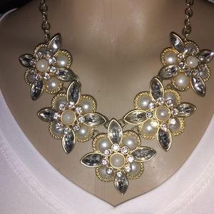 💕💓Gorgeous Necklace Faux Pearl floral 💟💖